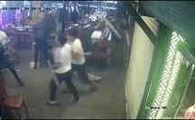 Thực khách tháo chạy khi côn đồ mang gậy sắt xông thẳng vào nhà hàng đập phá