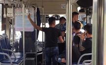 Nhắc giữ trật tự, nữ nhân viên xe buýt bị nhóm thanh niên hành hung dã man