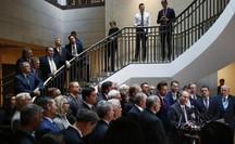 Nghị sĩ Cộng hòa xông vào phòng kín điều tra luận tội ông Donald Trump