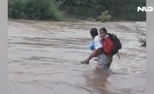 [VIDEO] Thót tim cảnh cha cõng con qua dòng nước xiết đến trường