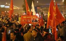 Máy bay chở các cô gái, chàng trai Vàng đã hạ cánh, rừng cờ hoa chào đón ở Nội Bài