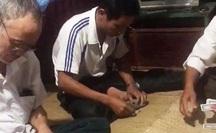 CLIP: Bí thư xã và Phó chủ tịch UBND xã đánh bài ăn tiền ngay tại công sở