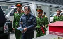 Sáng nay, 2 nguyên bộ trưởng Nguyễn Bắc Son và Trương Minh Tuấn được đưa đến tòa bằng xe đặc chủng