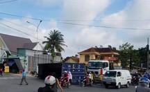 VIDEO: Xe tải ôm cua, thùng container rớt suýt đè người đi đường