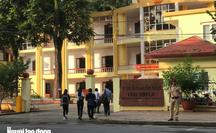 Cựu phó giám đốc Sở GD-ĐT Sơn La mặc áo trắng, quần tây đến tòa xử vụ gian lận điểm thi