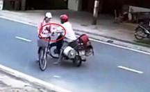 Clip: Người đàn ông đường đột chặn xe, sàm sỡ nữ sinh giữa ban ngày