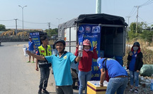 Người dân ra cửa ngõ TP HCM phát nước suối, vá xe miễn phí