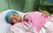 """""""Rụng tim"""" với 2 em bé chào đời đúng thời khắc giao thừa"""