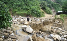 Sử dụng máy bay chuyển hàng cứu trợ cho người dân bị cô lập các xã ở Phước Sơn