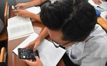 Còn băn khoăn việc học sinh dùng điện thoại trên lớp