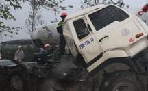 Xe đầu kéo tông xe tải dừng chờ đèn đỏ, 1 người chết