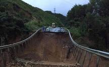 CLIP: Quốc lộ 26 sụp đổ kinh hoàng, đường thành vực sâu