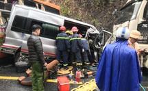 CLIP: Khoảnh khắc xe ôtô 16 chỗ vượt xe đầu kéo dẫn đến vụ tai nạn kinh hoàng