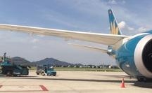 """Chạy xe """"cắt mặt"""" máy bay Vietnam Airlines vừa hạ cánh đang vào vị trí đỗ"""