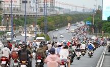Cách ly xã hội: Đường phố TP HCM chỉ đông người giờ tan tầm