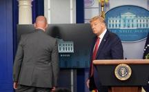 Mới phát biểu 3 phút, Tổng thống Trump được mật vụ hộ tống rời đi