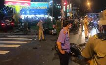 NÓNG: Ôtô tông hàng loạt xe máy dừng đèn đỏ ở Bình Thạnh, nhiều người nhập viện