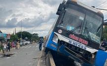 Hành khách hoảng loạn chứng kiến xe khách tông chết người rồi chạy trên dải phân cách