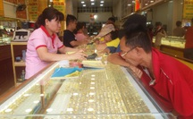 Giá vàng hôm nay 26-9: Đột ngột đi xuống, giới đầu tư bán thêm 5 tấn vàng