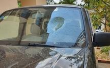 Thấy ô tô lạ đậu trước nhà, giám đốc đập phá xe tan nát