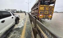 Mưa xối xả, nước lũ băng qua Quốc lộ 1 ở Quảng Nam