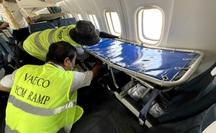Lắp cáng trên máy bay đưa hành khách đặc biệt từ Côn Đảo về TP HCM