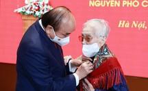 Chủ tịch nước trao Huy hiệu 75 năm tuổi Đảng tặng nguyên Phó Chủ tịch nước Nguyễn Thị Bình