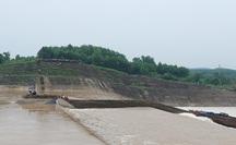 Đưa đoàn cán bộ Sở GTVT Quảng Trị mắc kẹt giữa dòng nước vào bờ an toàn