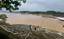 NÓNG: Tàu chở cán bộ Sở GTVT Quảng Trị gặp sự cố, 1 chủ doanh nghiệp bị nước cuốn mất tích