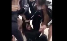 Xôn xao clip một nữ sinh bị nhóm bạn liên tục giật tóc, đạp vào mặt