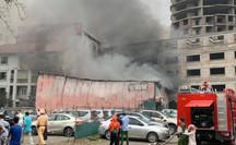 Sau tiếng nổ lớn, lửa bao trùm xưởng in nằm giữa bãi đỗ ôtô