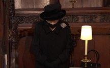 Nữ hoàng Anh lặng lẽ ngồi nhìn linh cữu Hoàng thân Philip