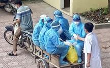 Câu chuyện xúc động của bác sĩ trong bức ảnh nhân viên y tế đi xe ba gác vào vùng dịch