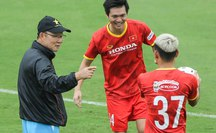 """CLIP: Thầy Park bất ngờ cho đội tuyển Việt Nam """"luyện công"""" vào giữa trưa"""