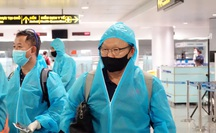 Đội tuyển Việt Nam về nước, HLV Park Hang-seo mệt mỏi, Văn Toàn cúi chào CĐV