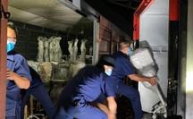 CLIP: Cận cảnh 10 tấn thiết bị y tế đến TP HCM trong đêm để chống dịch Covid-19