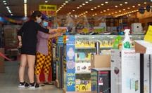 """Một quận ở TP HCM """"bình thường mới"""": Nhiều người đến ngân hàng, đi mua điện thoại"""