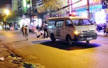 Nam thanh niên tông xe taxi, chân gãy vắt chéo lên bụng