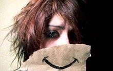 Phía sau chiếc mặt nạ mang tên nụ cười