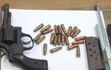 Bắt nam thanh niên mang súng cùng 22 viên đạn để… phòng thân