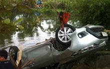 Ô tô lao xuống sông