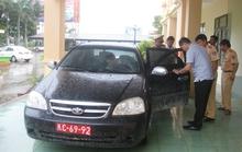Trộm xe ô tô rồi gắn biển đỏ vi vu trên đường