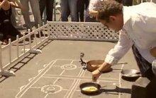 Dùng mặt đường thay bếp chiên trứng tại Paraguay