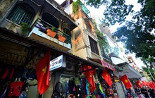 Kinh doanh cà phê chật hẹp, tối om ở đất vàng Hà Nội