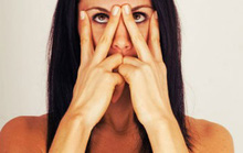 5 động tác yoga mặt giúp giảm nếp nhăn, săn da