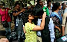 """Nụ hôn """"nổi dậy"""" ở Ấn Độ"""