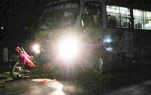 Xe máy chở 2 thanh niên đánh võng tông trực diện vào xe buýt