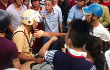 Cảnh sát giao thông bị nhiều người vây đánh