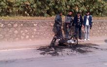 Sinh viên đang dắt đi sửa, xe máy bất ngờ bốc cháy