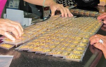 """Giá vàng trong nước """"đủng đỉnh"""", chênh lệch thế giới hơn 4 triệu đồng"""